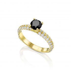 טבעת יהלום שחור ויהלומים לבנים.